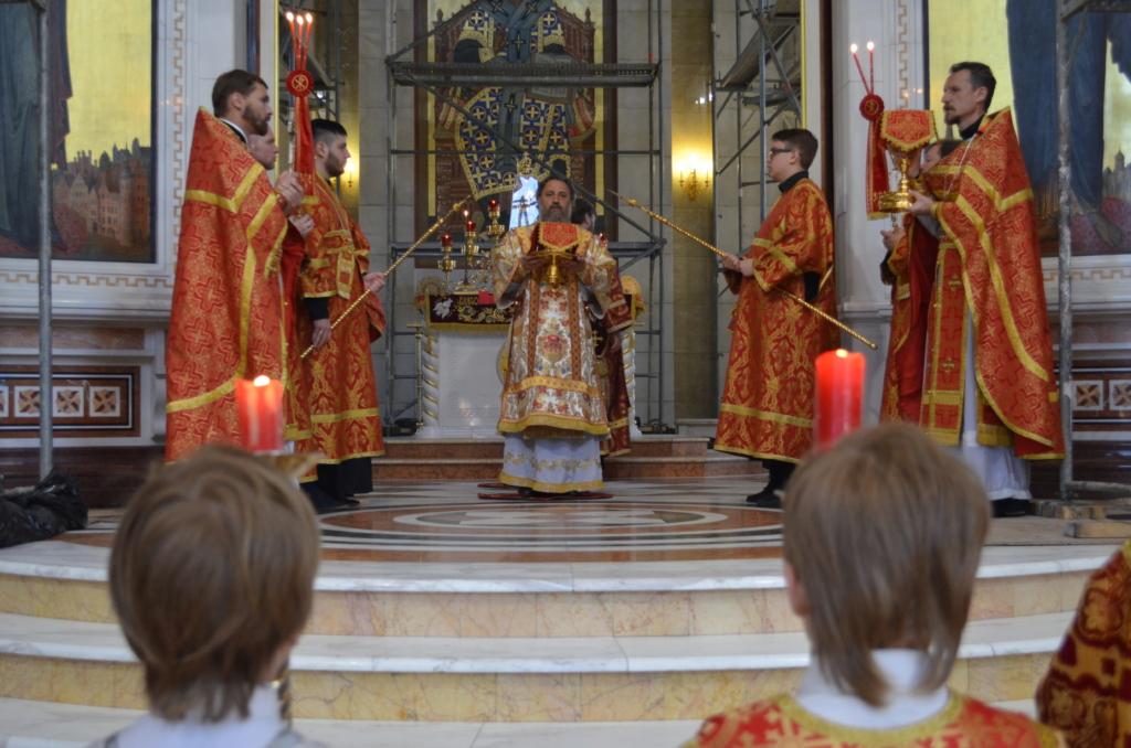 Архиепископ Серафим в Неделю о слепом совершил Божественную Литургию