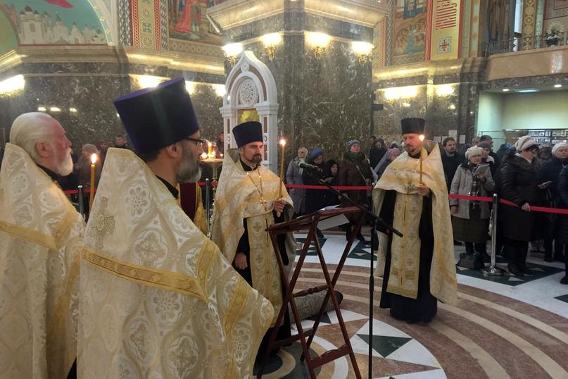 В Кафедральном соборе перед мощами свт. Луки Крымского совершили молебен с акафистом