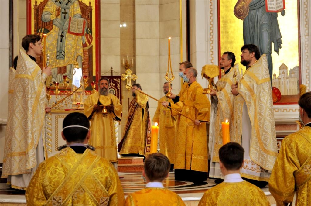 Архиепископ Серафим в Неделю Всех святых совершил Литургию в Кафедральном соборе Христа Спасителя